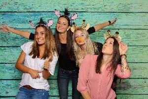 Junge Frauen albern vor einer Fotobox - Spa haben mit Photo Booth